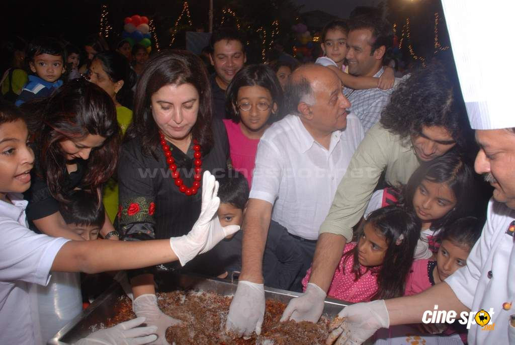 Suzanne Khan, Farah Khan with kids Event Photos (19)