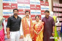 Pranitha Inaugurates Videos Silks Showroom (2)