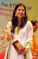 Kajol Accepts The Dinanath Mangeshkar Award From Lata Mangeshkar