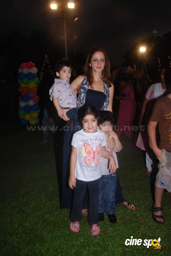 Suzanne Khan, Farah Khan with kids  Event Photos (23)