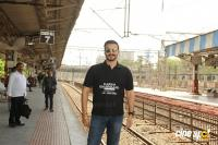 Vivek Oberoi Snapped Travelling By Local Train To Kelve Road (1)