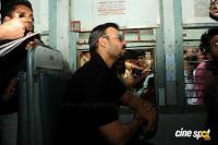Vivek Oberoi Snapped Travelling By Local Train To Kelve Road (12)