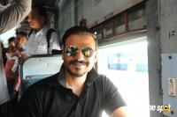 Vivek Oberoi Snapped Travelling By Local Train To Kelve Road (13)