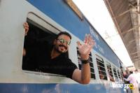 Vivek Oberoi Snapped Travelling By Local Train To Kelve Road (14)