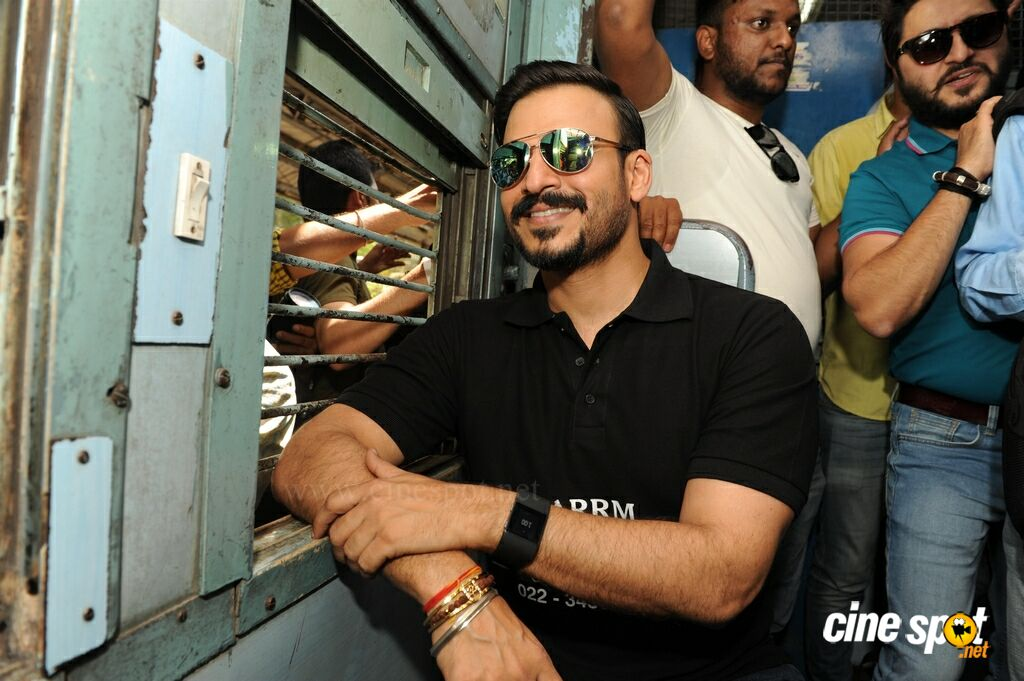 Vivek Oberoi Snapped Travelling By Local Train To Kelve Road (2)