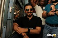 Vivek Oberoi Snapped Travelling By Local Train To Kelve Road (3)