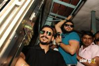 Vivek Oberoi Snapped Travelling By Local Train To Kelve Road (4)