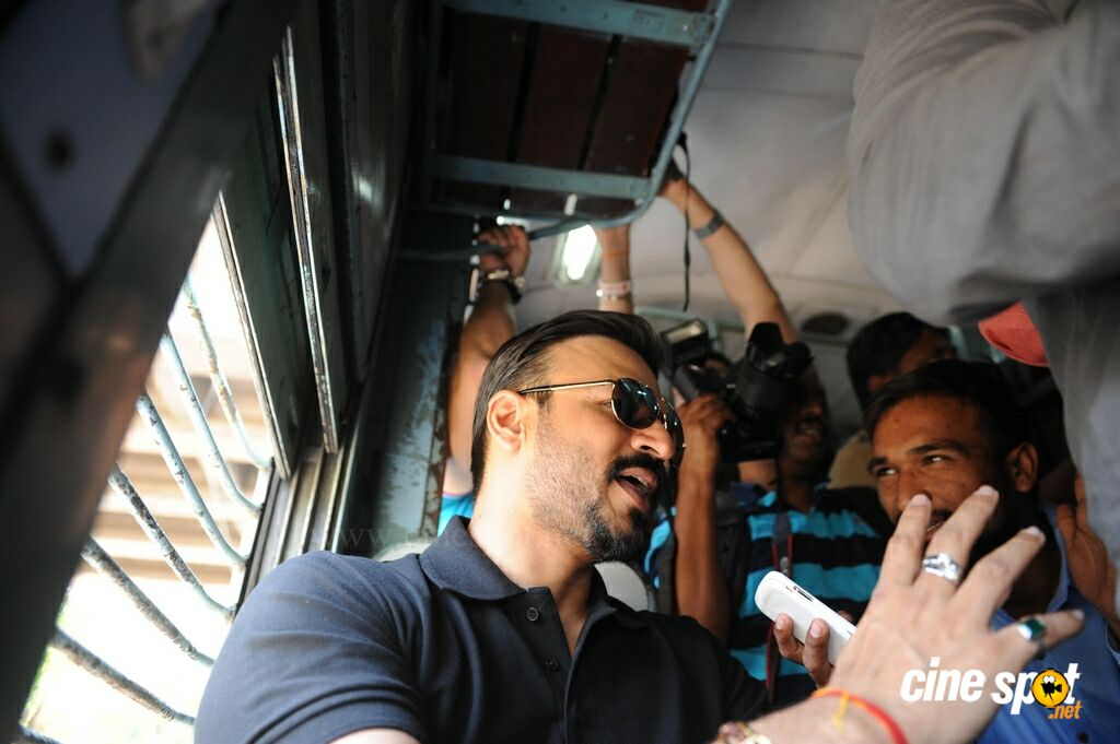 Vivek Oberoi Snapped Travelling By Local Train To Kelve Road (5)