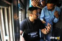 Vivek Oberoi Snapped Travelling By Local Train To Kelve Road (6)