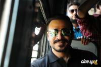 Vivek Oberoi Snapped Travelling By Local Train To Kelve Road (9)